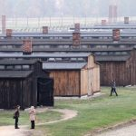 Antisemitische graffiti op barakken in Auschwitz